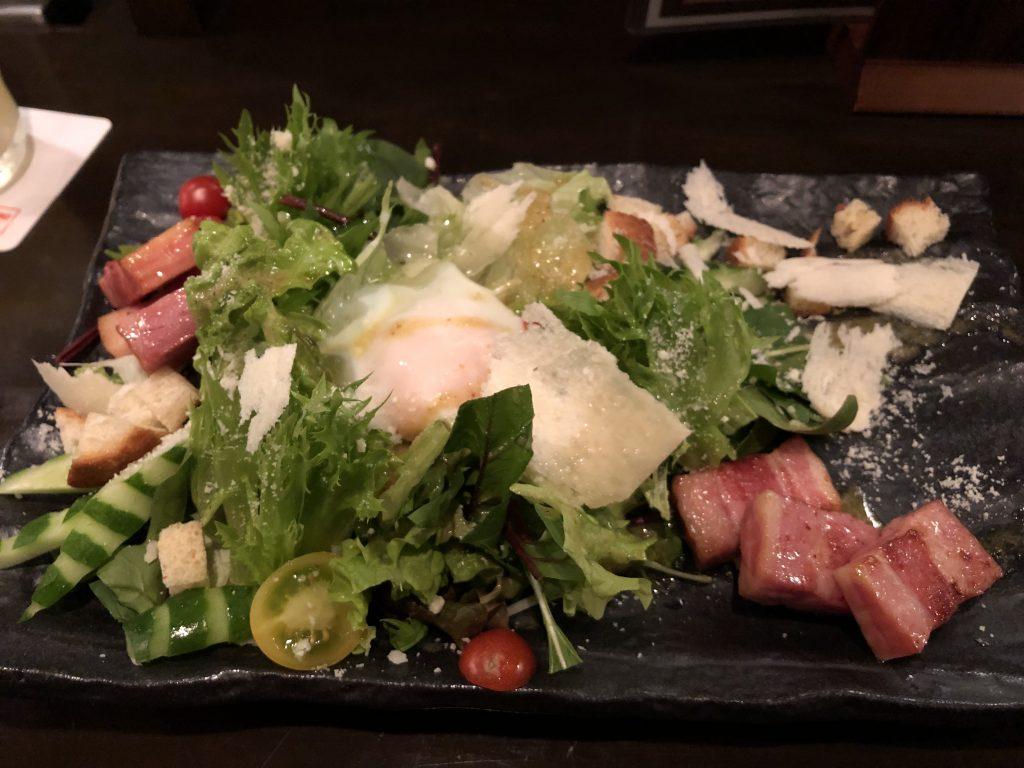 パルミジャーノチーズとベーコンのシーザーサラダ~温たまのせ~ Sochi