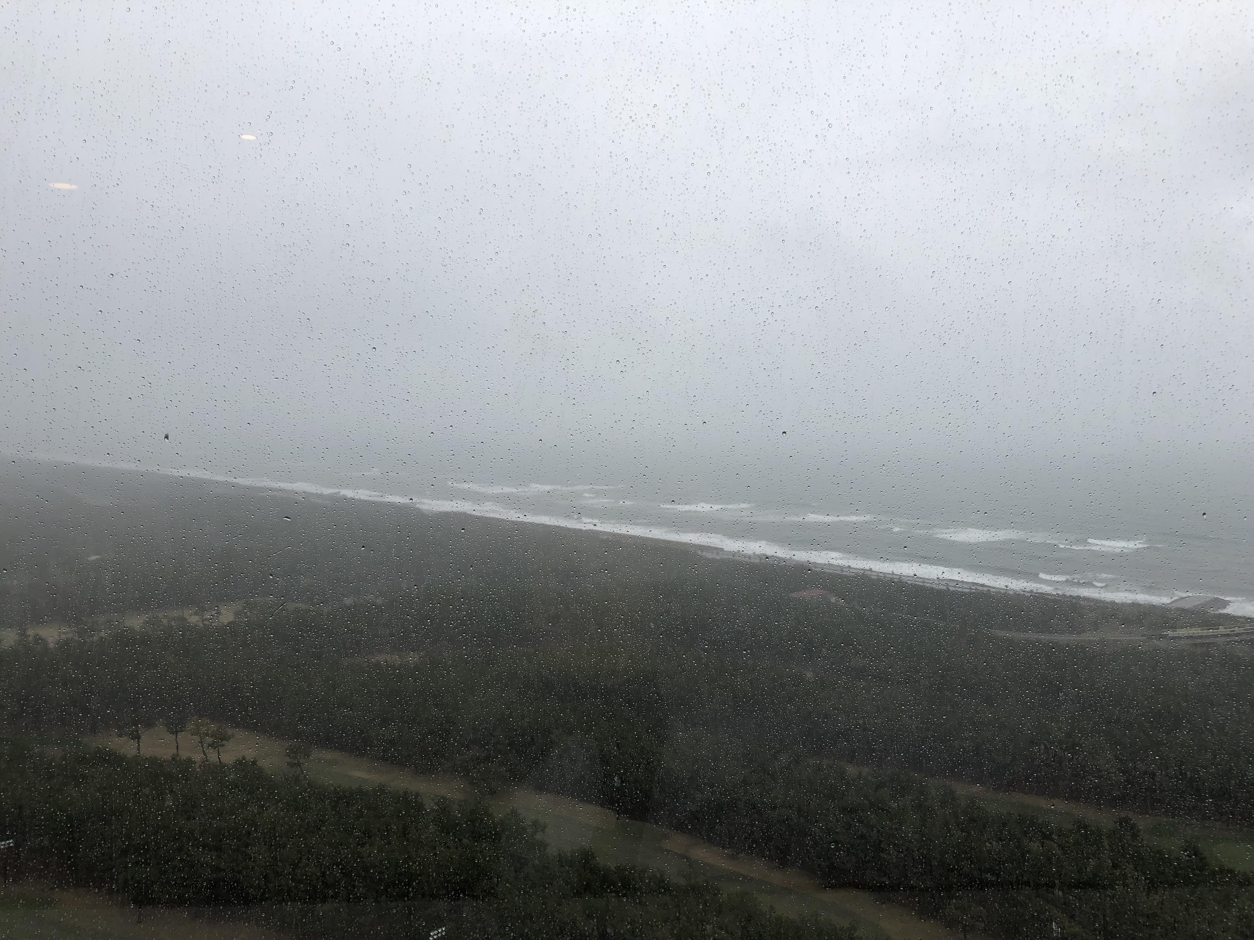 コーナースイート雨の日眺め シェラトン・グランデ・オーシャンリゾート